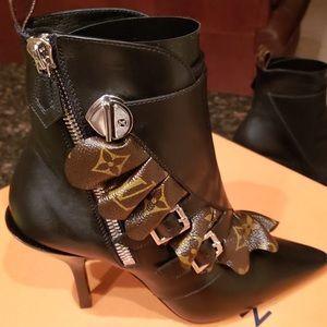 New Sz 7.5 Authentic Louis Vuitton Janet Boots.